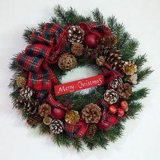 クリスマスリースは玄関が当たり前?綺麗な飾り方とは?